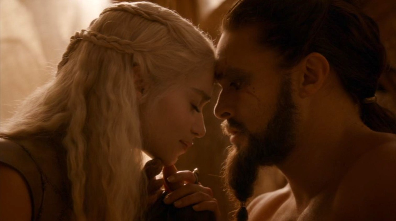Dany (Emilia Clarke) and Drogo (Jason Mamoa) in GOT 210