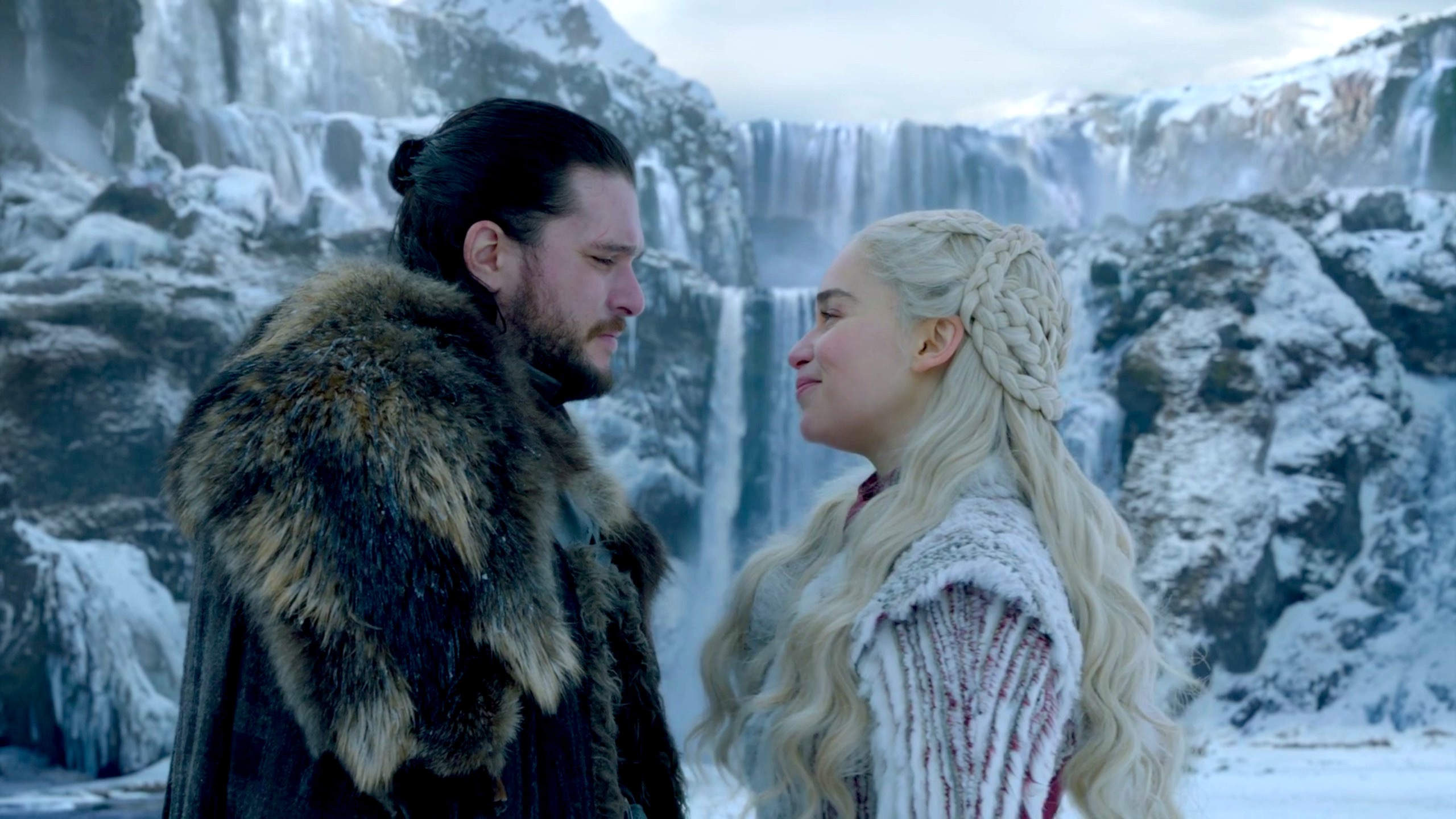 Jon Snow and Daenerys Targaryen in Game of Thrones 8x01 - Winterfell