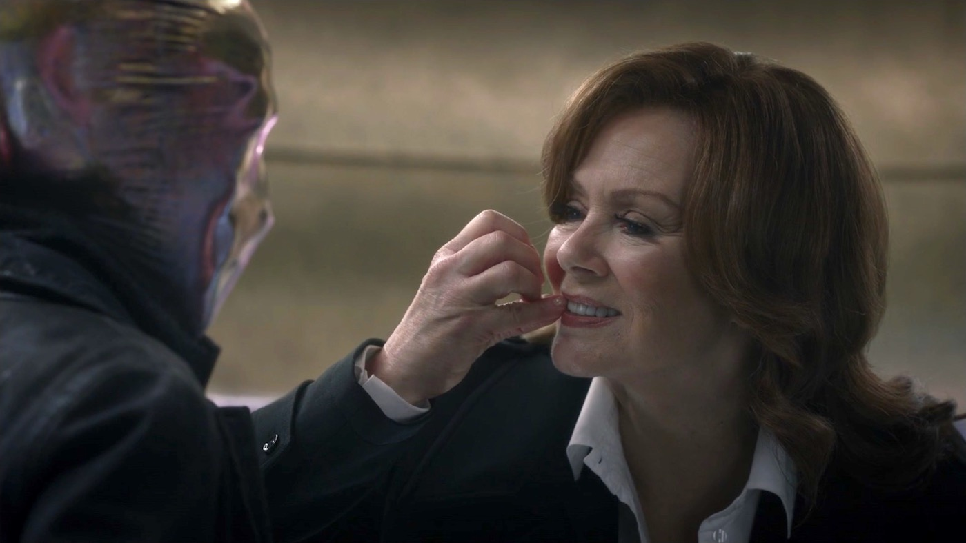 Tim Blake Nelson and Jean Smart in WATCHMEN 1x03