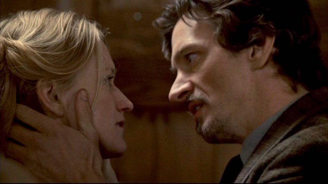 Paula Malcomson and John Hawkes in DEADWOOD 1x11 - Jewel's Boot is Made for Walking